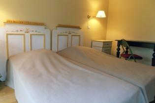 Description: Chambre au dessus de la salle de réception - Domaine de la Petite Haye - Eure Auteur: