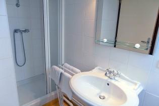Description: Salle de bain de l'une des chambres au dessus de la salle de réception - Domaine de la Petite Haye - Eure Auteur: